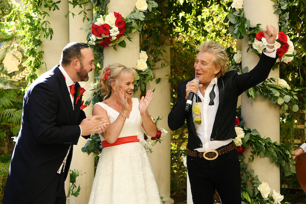Video: Delta and Caesars Palace save wedding for Thomas Cook couple